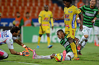 MEDELLÍN -COLOMBIA-13-11-2014. Jonathan Copete (C) jugador de Atlético Nacional disputa el balón con Ernesto Hernandez arquero y Elvis Perlaza (Der) jugadores de Atlético Huila durante partido por la fecha 2 de los cuadrangulares finales de la Liga Postobón II 2014 jugado en el estadio Atanasio Girardot de la ciudad de Medellín./ Jonathan Copete (C) player of Atletico Nacional  fights for the ball with Ernesto Hernandez (L), goalkeeper, and Elvis Perlaza (R) player of Atletico Huila during the match for the  second date of the final quardrangular of Postobon League II 2014 at Atanasio Girardot stadium in Medellin city. Photo: VizzorImage/Luis Ríos/STR