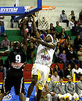 MANIZALEZ -COLOMBIA-11-05-2013. Pedro Cubillán (D) de Once Caldas trata de bloquear a Jason Edwin (I) de Búcaros durante partido de la fecha 14 fase II de la  Liga DirecTV de baloncesto Profesional de Colombia realizado en el Coliseo Municipal de Caldas./ Pedro Cubillan (R) of Once Caldas tries to block Jason Edwin (L) of Bucaros during match of the 14th date phase II of  DirecTV professional basketball League in Colombia at Coliseo Municipal de Caldas. Photo: VizzorImage/Yonboni/STR