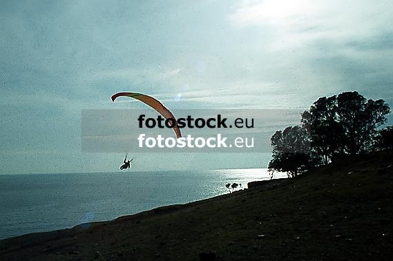 Paraglieder over the coast of Almunecar<br /> <br /> Parapente sobre la costa de Almuñecar<br /> <br /> Gleitschirmflieger über der Küste bei Almuñecar<br /> <br /> Original: 35 mm slide transparency