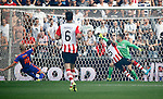 Nederland, Eindhoven, 30 augustus 2015<br /> Eredivisie<br /> Seizoen 2015-2016<br /> PSV-Feyenoord<br /> Jeffrey Bruma van PSV werkt de bal in zijn eigen doel. Jeroen Zoet, keeper doelman kijkt de bal na.