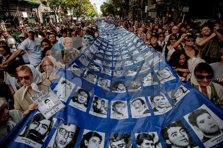 BUENOS AIRES, ARGENTINA, 24.03.2014 - ANIVERSARIO GOLPE MILITAR DE 1976 -  Organizacoes de direitos humanos, ativistas e Maes de Maio, durante ato que lembra 38 º aniversário do golpe militar de 1976, que deixou mais de 30.000 desaparecidos. Na regiao central de Buenos Aires capital da Argentina, nesta segunda-feira, 24. (Foto: Juani Roncoroni / Brazil Photo Press).