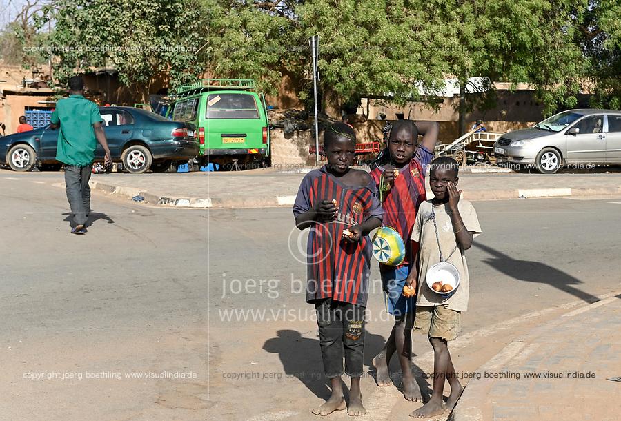 NIGER, Niamey, Talibé boys, children belong to a quranic school daara beg on the streets for their islamic teacher / junge Koranschueler einer Koranschule betteln fuer ihren Marabout, islamischen Lehrer