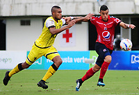 BARRANCABERMEJA - COLOMBIA, 15-04-2018:  David Valencia (Izq) jugador de Alianza Petrolera disputa el balón con Leonardo Castro (Der) de Deportivo Independiente Medellín durante encuentro fecha 15 de la Liga Águila I 2018 disputado en el estadio Daniel Villa Zapata de la ciudad de Barrancabermeja. / David Valencia (L) player of Alianza Petrolera fights for the ball with Leonardo Castro (R) player of Deportivo Independiente Medellin during match for the date 15 of the Aguila League I 2018 played at Daniel Villa Zapata stadium in Barrancebermeja city. Photo: VizzorImage / Jose Martinez / Cont