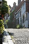 United Kingdom, England, East Sussex, Rye: Cobblestone street and old cottages, Mermaid Street | Grossbritannien, England, East Sussex, Rye: alte Haeuser in der Mermaid Street