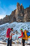 Italien, Venetien, Dolomiten, oberhalb Lago d'Antorno: beim Rifugio Auronzo, Bergsteiger auf dem Rueckweg einer Drei-Zinnen Besteigung | Italy, Veneto, Dolomites, above Lago d'Antorno:  near Rifugio Auronzo, two climbers back from an ascent of  Tre Cime mountains