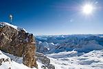 Deutschland, Bayern, Oberbayern, Werdenfelser Land, Garmisch-Partenkirchen: Gipfel der Zugspitze (2.962 m) mit Gipfelkreuz - hervorragende Fernsicht bis zu 200 Km | Germany, Bavaria, Upper Bavaria, Werdenfelser Land, Garmisch-Partenkirchen: Zugspitze mountain peak with summit cross
