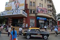INDIA, Mumbai , Eros cinema with Bollywood film poster and Citibank at Churchgate /  INDIEN Megacity Mumbai Bombay , Eros Kino mit Bollywood Film Werbung und Citibank Filiale am Churchgate Bahnhof