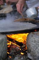 Europe/France/Bretagne/56/Morbihan/Gourin : Cuisson des crêpes sur le four à crêpe lors de la fête de la crêpe