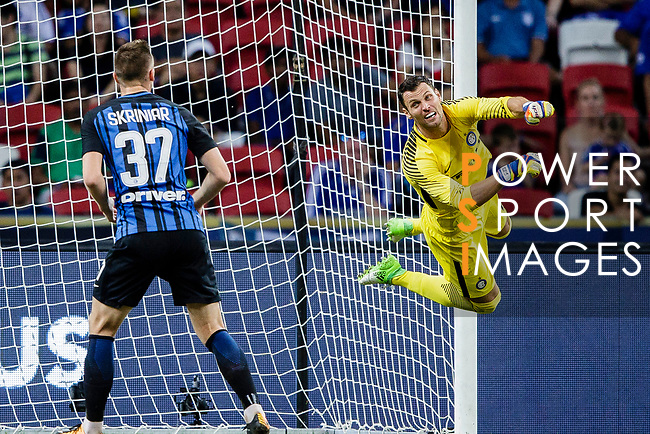 FC Internazionale Goalkeeper Daniele Padelli (R) in action during the International Champions Cup 2017 match between FC Internazionale and Chelsea FC on July 29, 2017 in Singapore. Photo by Marcio Rodrigo Machado / Power Sport Images
