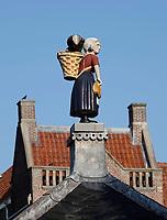 Nederland  Alkmaar- September 2020.  Beeld van een visvrouw met een mand vol vis, bij de vroegere visafslag in Alkmaar.  Foto : ANP/ Hollandse Hoogte / Berlinda van Dam