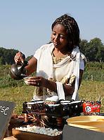Nederland  Amsterdam  2016. Zondag 25 september was het weer zover ; Tuinen van West Fest.  Het nazomerfestival van de Tuinen van West van Amsterdam. Waar stad en land samen komen, werd de oogst van het jaar gevierd met lokale producten, drankjes en hapjes. De Fruittuin van West. Ethiopische koffie .  Foto Berlinda van Dam / Hollandse Hoogte