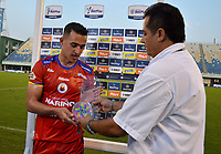 BARRANCABERMEJA-COLOMBIA, 03-02-2020: Camilo Ayala de Deportivo Pasto recibe el premio como jugador del partido al final de partido Alianza Petrolera y Deportivo Pasto, de la fecha 3 por la Liga BetPlay DIMAYOR I 2020 en el estadio Daniel Villa Zapata en la ciudad de Barrancabermeja. / Camilo Ayala of Alianza Deportivo Pasto recieve the pize as player of the game at the end of a match between Alianza Petrolera and Deportivo Pasto, of the 3rd date for the BetPlay DIMAYOR Leguaje I 2020 at the Daniel Villa Zapata stadium in Barrancabermeja city. Photo: VizzorImage  / José D. Martínez / Cont.