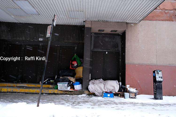 Des  ittinerants campent devant un commerce au centre-ville de Montreal durant le covid 19, Janvier 2021<br /> <br /> PHOTO :  Raffi Kirdi - Agence Québec Presse