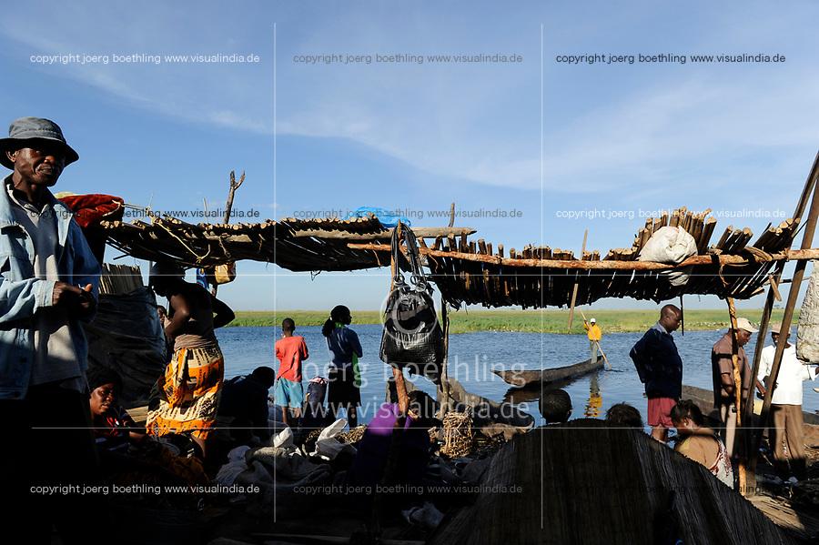 ZAMBIA Barotseland Mongu, Mulamba harbour at river Zambezi floodplain / SAMBIA Barotseland , Stadt Mongu , Hafen Mulamba in der Flutebene des Zambezi Fluss