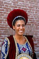 Italien, Piemont, Teilnehmer in historischem Kostüm beim Palio in Asti, beim Palio das jedes Jahr am 3.Septembersonntag stattfindet, treten 14 Stadtviertel gegeneinander zum Pferderennen an