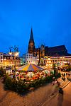 Deutschland, Mecklenburg-Vorpommern, Schwerin: Weihnachtsmarkt vor dem Dom St. Maria und St. Johannes | Germany, Mecklenburg-West Pomerania, Schwerin: Christmas fair and Schwerin Cathedral dedicated to the Virgin Mary and Saint John