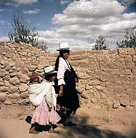 Einheimische bei der gut erhaltenen Ruinenstadt Machu Picchu in den Anden über dem Urubambatal, Peru 1960er Jahre. Natives near the emains of Inca town Machu Picchu in the Andes, Peru 1960s.