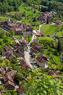 Frankreich, Bourgogne-Franche-Comté, Département Jura, Baume-les-Messieurs: klassifiziert als eines der schoensten Doerfer Frankreichs (Plus beaux villages de France) - Ausblick von 'Granges-sur-Baume' ueber Baume und den Talkessel Cirque de Baume   France, Bourgogne-Franche-Comté, Département Jura, Baume-les-Messieurs: classified as one of France's most beautiful villages (Plus beaux villages de France) - view from Granges-sur-Baume across village Baume and circular deep valley Cirque de Baume