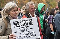 """Sogenannten """"Querdenker"""" sowie verschiedene rechte und rechtsextreme Gruppen hatten fuer den 18. November 2020 zu einer Blockade des Bundestag aufgerufen. Sie wollten damit verhindern, dass es eine Abstimmung ueber das Infektionsschutzgesetz gibt.<br /> Es sollen sich ca. 7.000 Menschen versammelt haben. Sie wurden durch Polizeiabsperrungen daran gehindert zum Reichstagsgebaeude zu gelangen. Sie versammelten sich daraufhin u.a. vor dem Brandenburger Tor.<br /> Im Bild: Demonstranten weinen vor einer Polizeiabsperrung auf der Strasse des 17. Juni, da die Polizei sie nicht zum Reichstagsgebaeude laesst.<br /> 18.11.2020, Berlin<br /> Copyright: Christian-Ditsch.de"""