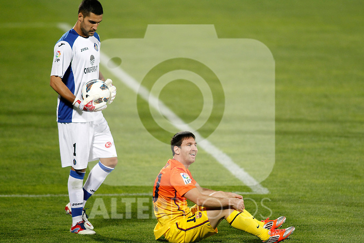 Getafe's Miguel Angel Moya (l) and FC Barcelona's Lionel Messi during La Liga match.September 15,2012. (ALTERPHOTOS/Acero)
