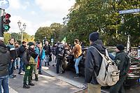 """Mehrere tausend Menschen blockierten am Montag den 7. Oktober 2019 in Berlin die Verkehrsknotenpunkte Grosser Stern und Potsdamer Platz. Sie folgten damit einem Aufruf der Bewegung """"Extinction Rebellion"""" (""""Aufstand gegen das Aussterben""""). Aktionen von Extinction Rebellion fanden an diesem Tag weltweit statt. Damit soll gegen die zu schwachen Aktivitaeten der Regierungen gegen den Klimawandel protestiert werden.<br /> Im Bild: Zivilpolizei versucht mit einem Auto in die Blockade am Grossen Stern zu fahren.<br /> 7.10.2019, Berlin<br /> Copyright: Christian-Ditsch.de<br /> [Inhaltsveraendernde Manipulation des Fotos nur nach ausdruecklicher Genehmigung des Fotografen. Vereinbarungen ueber Abtretung von Persoenlichkeitsrechten/Model Release der abgebildeten Person/Personen liegen nicht vor. NO MODEL RELEASE! Nur fuer Redaktionelle Zwecke. Don't publish without copyright Christian-Ditsch.de, Veroeffentlichung nur mit Fotografennennung, sowie gegen Honorar, MwSt. und Beleg. Konto: I N G - D i B a, IBAN DE58500105175400192269, BIC INGDDEFFXXX, Kontakt: post@christian-ditsch.de<br /> Bei der Bearbeitung der Dateiinformationen darf die Urheberkennzeichnung in den EXIF- und  IPTC-Daten nicht entfernt werden, diese sind in digitalen Medien nach §95c UrhG rechtlich geschuetzt. Der Urhebervermerk wird gemaess §13 UrhG verlangt.]"""