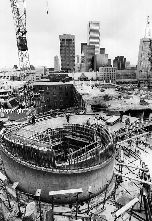 1975 File -<br /> <br /> Eaton Centre Constructions<br /> <br /> PHOTO : Graham Bezant - Toronto Star Archives - AQP
