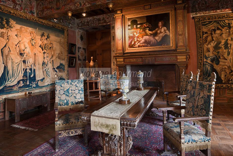 Europe/France/Aquitaine/24/Dordogne/Bourdeilles :Château de Bourdeilles- Château renaissance - le Salon doré, salon   d'apparat  qui présente une importante collection mobilièr: tables, crédences,  tapisseries, fauteuils,