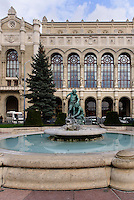 Pester Redoute, Pesti Vigadó und Brunnen am Vigadó tér, Budapest, Ungarn, UNESCO-Weltkulturerbe