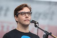 """In Berlin haben am Samstag den 30. August 2014 ca. 6.500 Menschen unter dem Motto """"Freiheit statt Angst"""" #fsa14 gegen massenhafte Ueberwachung demonstriert. Sie zogen mit einem Protestmarsch durch das Regierungsviertel und forderten u.a. die Abschaffung der Geheimdienste, vollstaendige Aufklaerung ueber die BND, NSA und andere Geheimdienstaktivitaeten und ein sofortiges Asyl fuer der Whistleblower Edward Snowden.<br /> Der Netzaktivist und Softwareentwickler Jacob Appelbaum (im Bild), forderte die Mitarbeiter von Geheimdiensten dazu auf, Dokumente aus den Diensten der Oeffentlichkeit zur Verfuegung zu stellen. Auch riet er den anwesenden Menschen, bei den Geheimdiensten  Arbeit zu suchen und so an Unterlagen heran zu kommen.<br /> 30.8.2014, Berlin<br /> Copyright: Christian-Ditsch.de<br /> [Inhaltsveraendernde Manipulation des Fotos nur nach ausdruecklicher Genehmigung des Fotografen. Vereinbarungen ueber Abtretung von Persoenlichkeitsrechten/Model Release der abgebildeten Person/Personen liegen nicht vor. NO MODEL RELEASE! Don't publish without copyright Christian-Ditsch.de, Veroeffentlichung nur mit Fotografennennung, sowie gegen Honorar, MwSt. und Beleg. Konto: I N G - D i B a, IBAN DE58500105175400192269, BIC INGDDEFFXXX, Kontakt: post@christian-ditsch.de<br /> Urhebervermerk wird gemaess Paragraph 13 UHG verlangt.]"""