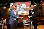 Foto: VidiPhoto<br /> <br /> RHENEN - De op 1 mei geboren reuzenpanda in Ouwehands Dierenpark in Rhenen heet Fan Xing. Die naam is gekozen uit vijf mogelijkheden waarop gestemd kon worden. Ruim 22.000 mensen uit zestig landen deden mee aan de verkiezing. De naam is vrijdag bekend gemaakt in aanwezigheid van de Chinese zaakgelastigde in Nederland, Ribiao Chen, schoolkinderen met een pandamondkapje en vertegenwoordigers van rijk, provincie en gemeente. Fan Xing betekent sterrenhemel in het Chinees. Dat is een verwijzing naar het schilderij Sterrennacht van Vincent van Gogh, in China de bekendste Nederlandse schilder. Fan staat voor Fan Gao (Van Gogh) en Xing betekent ster. Het is een genderneutrale naam, omdat nog niet bekend is of de jonge beer een mannetje of een vrouwtje is. De panda ligt nog in het speciale kraamhok en kan nog niet lopen. De verzorgers van het pandajong laten het dier en moeder Wu Wen met rust totdat de kleine panda zelf uit het kraamhok komt. Het publiek kan het dier naar verwachting in oktober voor het eerst in het echt zien. De jonge reuzenpanda blijft ongeveer vier jaar bij zijn moeder en gaat dan naar de pandaopvang in China. De geboorte van een panda is bijzonder omdat een vrouwtje maar drie dagen per jaar vruchtbaar is.