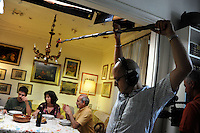 Lavoratori dello spettacolo durante la riprese di Casa Coop.Workers in the entertainment during the filming of House Coop.Andrea Sileo. Fonico. Sound technician...CASA COOP è una sit-com, prodotta dalla Coop, sulla vita quotidiana di persone di varia umanità, ambientata in un condominio. Gli episodi saranno diffusi via internet.HOUSE COOP is a sit-com produced by the Coop, about daily life of people with different  humanity , that live in a condominium. Episodes will be disseminated by Internet. ...