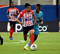 MONTERIA - COLOMBIA, 11-11-2020: Wilder Guisao de Jaguares de Cordoba F.C., y Sherman Cardenas de Atletico Junior disputan el balón durante partido entre Jaguares F. C. y Atletico Junior de la fecha 19 por la Liga BetPlay DIMAYOR 2020, en el estadio Jaraguay de Monteria de la ciudad de Monteria. / Wilder Guisao of Jaguares de Cordoba F.C., and Sherman Cardenas of Atletico Junior vie for the ball during a match between Jaguares F. C. and Atletico Junior, of the 19th date for the Betplay DIMAYOR League 2020 at Jaraguay de Monteria Stadium in Monteria city. Photo: VizzorImage / Andres Lopez  / Cont.