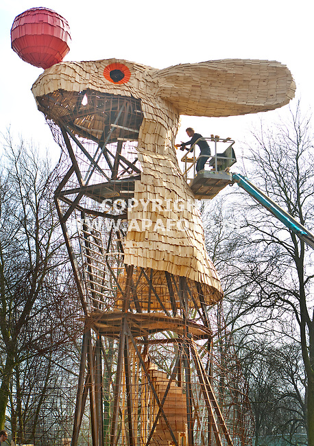 Nijmegen, 140311<br /> Kunstenaar Florentijn Hofman bouwt in het Valkhofpark het Uitkijkkonijn, een kunstwerk van houten plankjes waarin je naar boven kan klimmen en uitzicht krijgt over de Waal.<br /> Foto: Sjef Prins - APA Foto