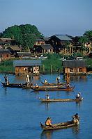 Asie/Birmanie/Myanmar/Haute Birmanie/Mandalay: Le port départ des barques de pêcheurs
