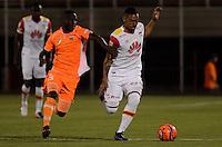 ENVIGADO- COLOMBIA -11-02-2017: Ivan Angulo (Izq.) jugador de Envigado FC disputa el balón con J Moya (Der.) jugador de Independiente Santa, durante partido Envigado FC y el Independiente Santa Fe por la fecha 3 de la Liga Aguila I 2017, en el estadio Polideportivo Sur de la ciudad de Envigado. /  Ivan Angulo (L) player of Envigado FC, fights for the ball with con J Moya (R) player of Independiente Santa Fe, during a match Envigado FC and Independiente Santa Fe for the date 3 of the Liga Aguila I 2017 at the Polideportivo Sur stadium in Envigado city. Photo: VizzorImage / Leon Monsalve / Cont.