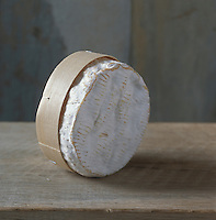 Europe/France/Normandie/Basse-Normandie/14/Calvados/Pays d'Auge: AOC Camembert de Normandie, Appellation d'Origine Contrôlée, Fromage de vache à pâte molle à croute fleurie- Stylisme Valérie Lhomme // France, Calvados, Pays d'Auge, AOC Camembert de Normandie, soft fermented cheese made with cow milk, flowered crust