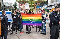 Kundgebung gegen den Verkauf von Hewlett Packard-Geraeten bei Saturn.<br /> Etwa 20 Mitglieder antiisraelische BDS-Bewegung hielten am Dienstag den 25 Juli 2017 eine Kundgebung vor der Filiae des Elektrokaufhaueses Saturn am Berliner Alexanderplatz ab. BDS (Boycott, Divestment and Sanctions) fordert dazu auf den Verkauf von Hewlett-Packard Geraeten zu boykottieren. Hewlett-Packard wuerde einen Teil seiner Software und Hardware in Israel produzieren und damit die Besatzungspolitik der israelischeen Regierung in Palaestina unterstuetzen.<br /> Im Bild: Gegen diese antiisraelische Kundgebung protestierten ca. 30 sog. Antideutsche.<br /> 25.7.2017, Berlin<br /> Copyright: Christian-Ditsch.de<br /> [Inhaltsveraendernde Manipulation des Fotos nur nach ausdruecklicher Genehmigung des Fotografen. Vereinbarungen ueber Abtretung von Persoenlichkeitsrechten/Model Release der abgebildeten Person/Personen liegen nicht vor. NO MODEL RELEASE! Nur fuer Redaktionelle Zwecke. Don't publish without copyright Christian-Ditsch.de, Veroeffentlichung nur mit Fotografennennung, sowie gegen Honorar, MwSt. und Beleg. Konto: I N G - D i B a, IBAN DE58500105175400192269, BIC INGDDEFFXXX, Kontakt: post@christian-ditsch.de<br /> Bei der Bearbeitung der Dateiinformationen darf die Urheberkennzeichnung in den EXIF- und  IPTC-Daten nicht entfernt werden, diese sind in digitalen Medien nach §95c UrhG rechtlich geschuetzt. Der Urhebervermerk wird gemaess §13 UrhG verlangt.]