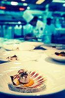Europe/France/Auvergne/43/Haute-Loire/Saint-Bonnet-le-Froid: Restaurant des Cimes de Régis et Jacques Marcon-Trois étoiles au Michelin - En Cuisine préparation des coquilles saint-jacques aux truffes de bourgogne.