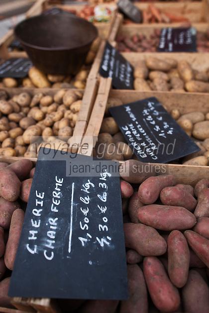 Europe/France/Nord-Pas-de-Calais/59/Nord/Dunkerque: Sur le marché étal de différentes espèces de pommes de terre // France, Nord, Dunkirk, In the market stalls of different species of potatoes