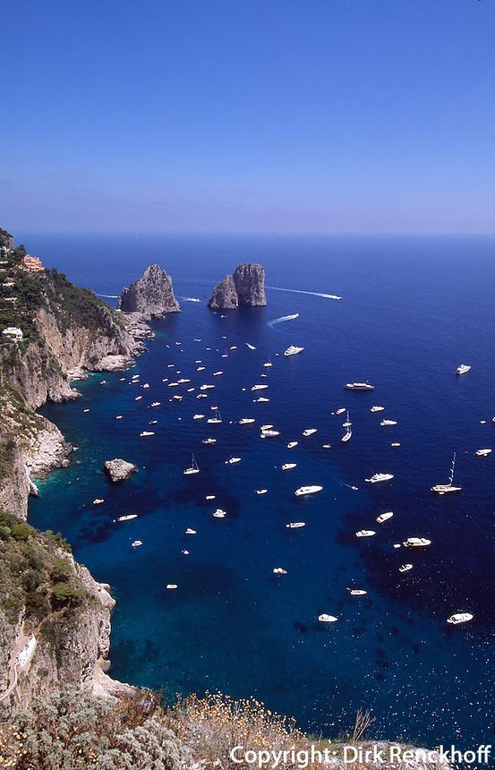 Italien, Capri, Blick von Belvedere Punta Cannone auf Faraglioni-Felsen.
