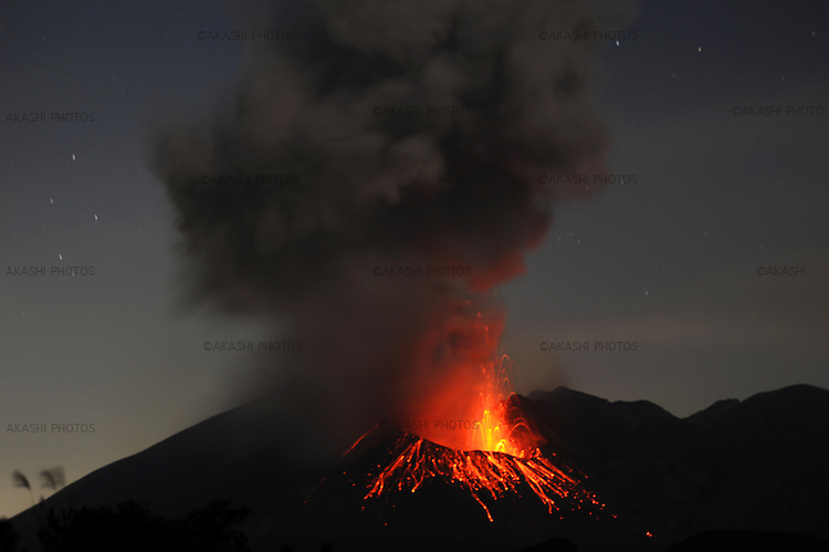 Explosion of Sakurajima volcano at night.<br /> <br /> Explosion du volcan Sakurajima la nuit. Japon.