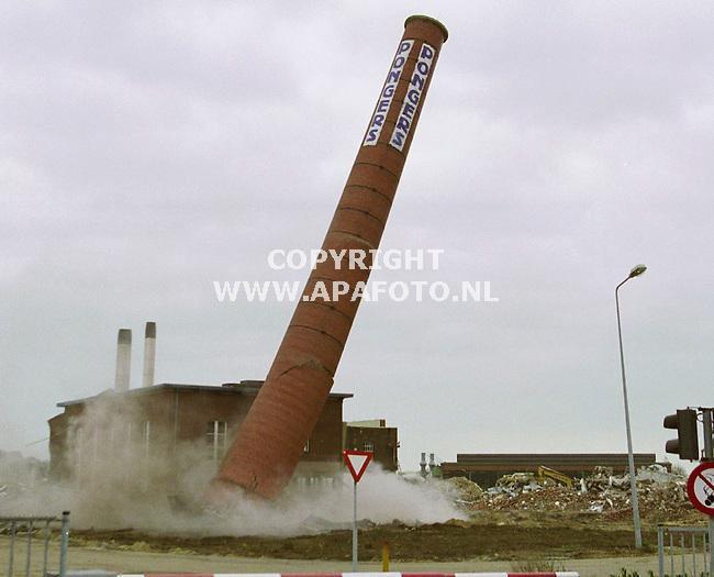 Gennep, 131200 Foto: Koos Groenewold/APA Foto<br /> Tussen de puinhopen staat de schoorsteen van de voormalige Page fabriek (PApierfabriek GEnnep) fier overeind. Echter zal dat niet lang meer duren...