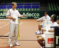17-9-07, Rotterdam, Daviscup NL-Portugal, training, Captain Jan Siemerink geeft uitleg aan Raemon Sluiter en Jesse Huta galung