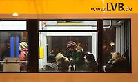 Leipziger Verkehrsbetriebe LVB - TRAM Straßebhan Leoliner ÖPNV Nahverkehr öffentliche - im Bild: einfahrende Straßenbahn an der Haltestelle Wilhelm-Leuschner-Platz / Leuschnerplatz . Wartende .Foto: Norman Rembarz .