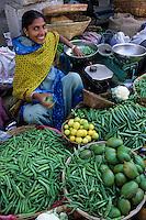 Asie/Inde/Rajasthan/Udaipur: Marché Mandi - Les intouchables vendent des légumes