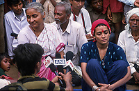 INDIA, state Madhya Pradesh, Narmada river and dams, tribal village Domkhedi, press conference after rally with Medha Patkar the leader of NBA Narmada Bachao Andolan, movement to save the Narmada and writer Arundhati Roy against big dams / INDIEN, Narmada Fluss und Staudaemme, Dorf Domkhedi, Pressekonferenz nach Demonstration mit Medha Patkar, Arundhati Roy und Adivasi gegen Staudaemme