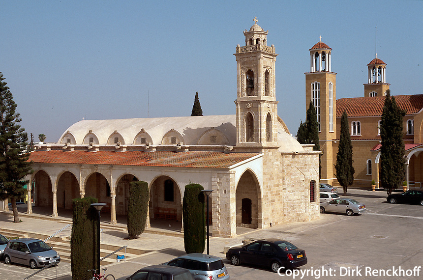 Zypern (Süd), Dorfplatz in Paralimni, alte und neue Kirche Agios Georgios
