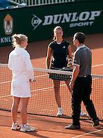 13-8-09, Den Bosch,Nationale Tennis Kampioenschappen, Kwartfinale, Richel Hogenkamp  Lesley Kerkhove bij de toss door scheidrechter