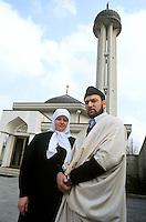 - the Imam of the Muslim Center of Milan Alì Abu Schwaima with the wife in front of the mosque of Segrate....- L'Imam del Centro Islamico di Milano Alì Abu Schwaima con la moglie davanti alla moschea di Segrate