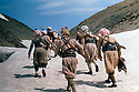 Irak 1963.Peshmergas marchant dans la neige.Iraq 1963.Peshmergas walking in the snow